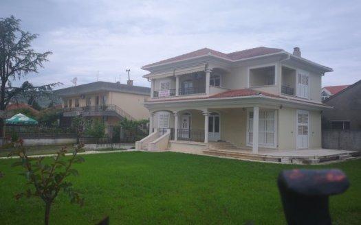 kuća uređeno dvorište prodaja tološi